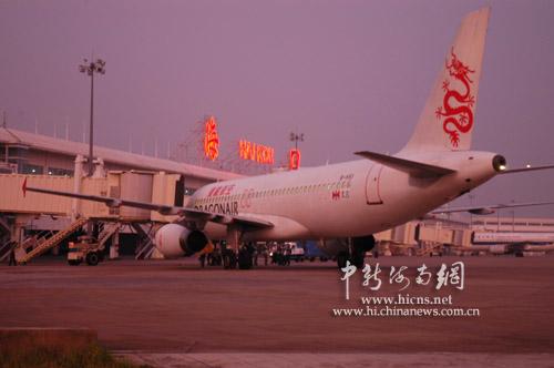 第一架由香港经海口飞往三亚的ka650国际航班过站