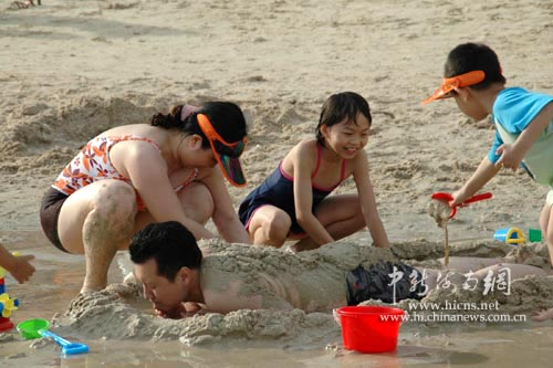 游客一家人在海边嬉戏