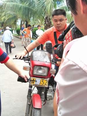 其中一辆摩托车车牌号为琼cts14×