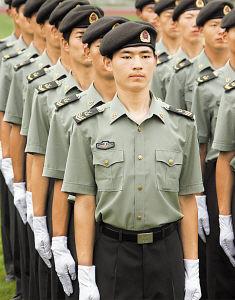 着夏常服的陆军士官.-解放军官兵试穿07新军服