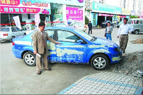驾之名,从爱华汽车广场哈飞汽车专营店盗走一辆待售的赛豹新车.高清图片