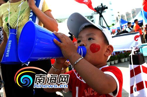 海南三岁小男孩狂吹喇叭为奥运加油