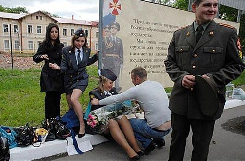 帅!俄罗斯女兵风采拉车sm美女图片