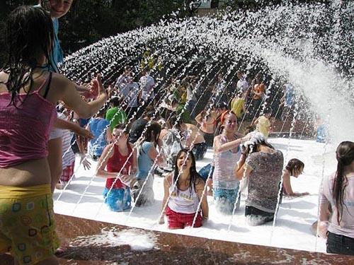 泡沫喷泉中嬉戏的美女
