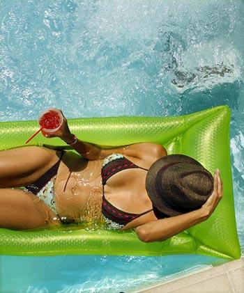 性感美女露天泳池享清凉