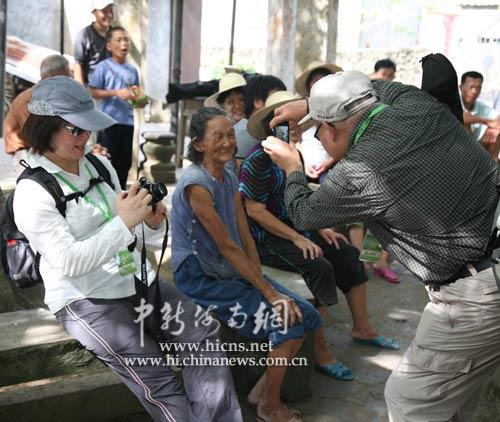 香港生态旅游团员对美社村寿星众多颇感兴趣,冯岛摄影