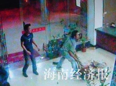 开房男女凌晨报复被拒女生莫名被砸疑遭醉酒宾馆推卧图片
