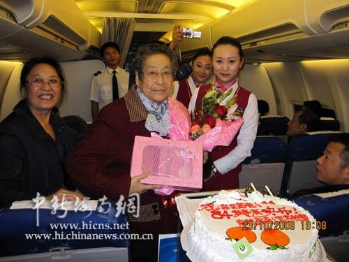 在飞机上给旅客过生日对于很多乘坐飞机的人