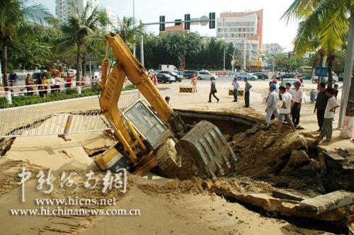 三亚市区一街道发生大面积塌陷 未造成人员伤亡