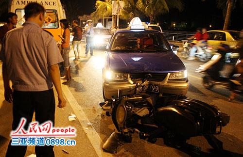 三亚临春河路凌晨车祸:出租车撞伤摩托车司机
