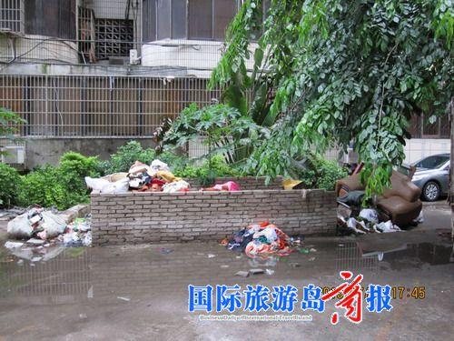 小区的垃圾池里的垃圾已经堆积很久了无人清理