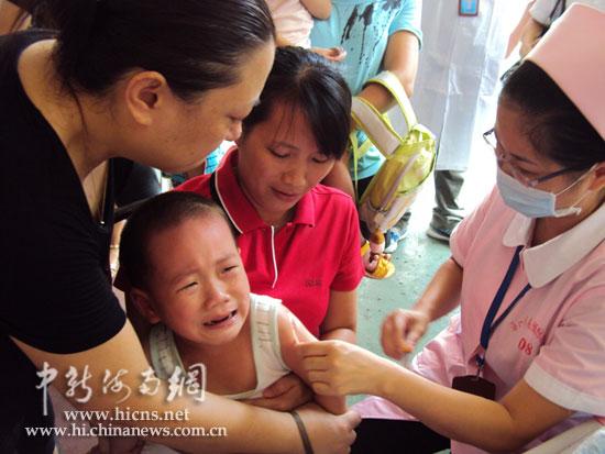 图为海南省直机关幼儿园的孩子在接种麻疹疫苗-张茜