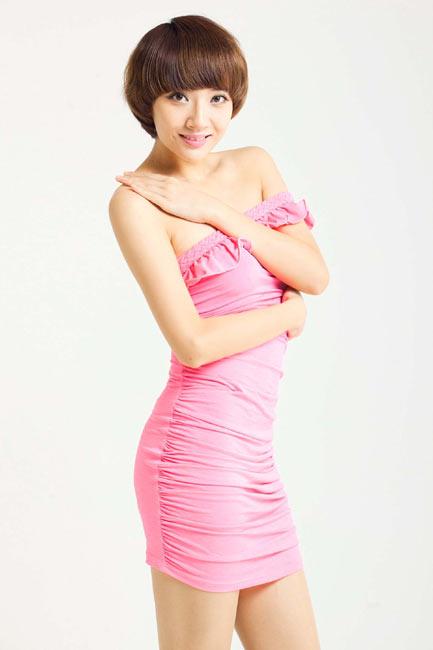 近日,足球宝贝韩媛媛拍摄了一组粉衣写真,展示清纯可爱一面.