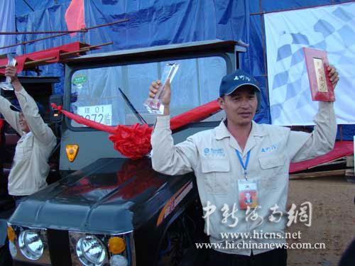 中农垦的潘万杰夺冠,获奖双缸四轮驱动拖拉机一辆.付美斌-摄