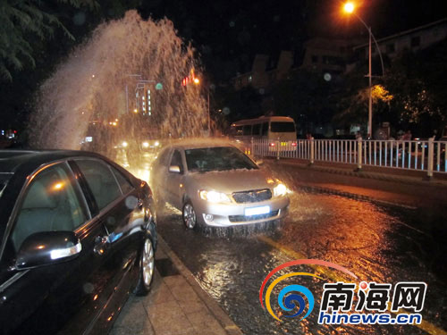 三亚一消防栓断裂 马路成露天洗车场