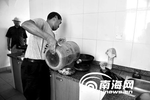 三亚鹿回头村居民做饭靠桶装矿泉水