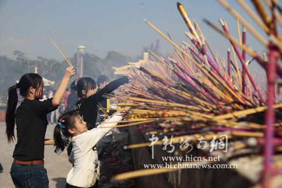 三亚/大年初一,南山香火旺。图为游人在海上观音广场敬香