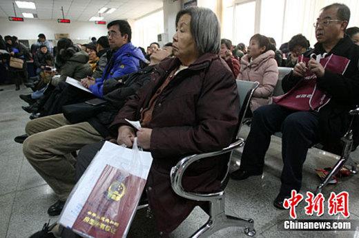 2月16日,北京市海淀区房管局办事大厅内满是等待办理房屋过...