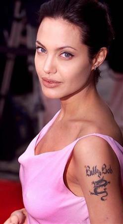 此前朱莉左臂上纹有前夫比利·鲍伯·松的名字,现用纬度坐标纹身遮盖.