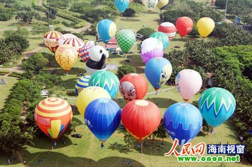 记者在万绿园看到,京剧脸谱,大熊猫,大红双喜等热气球将湛蓝的天空图片