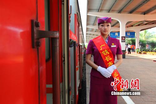 k486次海口至成都东跨海旅客列车首发仪式在海口火车