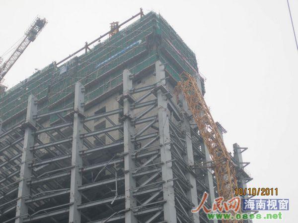 高高耸立在建筑物一侧的塔吊