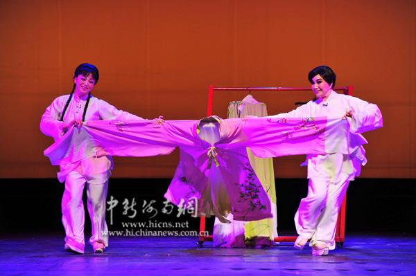 图为厦门歌仔戏剧团与台湾唐美云歌仔戏团联袂演出的歌仔戏《蝴蝶之