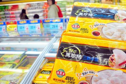 天下的猪肉韭菜水饺、三鲜水饺等多种馅料的水饺出售,但未看到该
