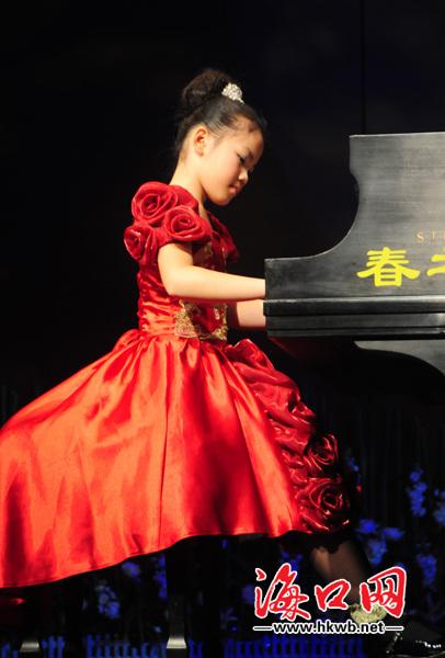 庄沁婷在海南歌舞剧院演奏.记者