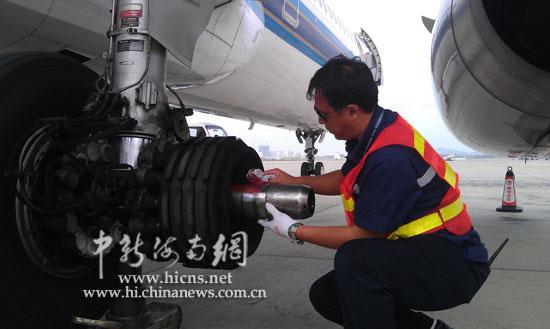 南航工作人员正在更换飞机轮胎