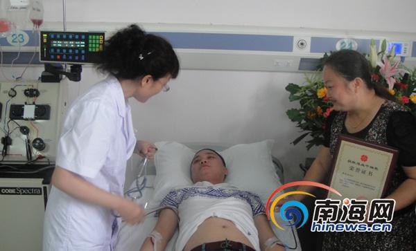 5月23日,海南省人民医院血液科造血干细胞采集室迎来了今年第三次造血干细胞采集。我省第37例、全国第2806例造血干细胞捐献者小李为救助在中国医学科学院血液病医院治疗的10岁白血病男孩,正在接受采集。   采集室里比往常热闹了许多,海南省红十字会副会长兼秘书长赵健丽前来看望了小李,并为他颁发了荣誉证书;小患者所在医院的医生也来看望小李,还为小李带来一封感谢信,这是小患者的父母亲笔写的,字字句句都表达了他们的感激之情,感谢小李的爱心救助,使他们的孩子得到重生;小李的女友非常支持他的善举,入院以来一直相伴
