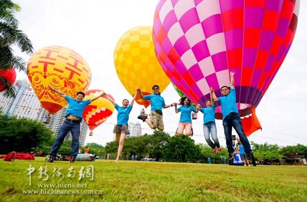 近百对爱侣在海口万绿园体验浪漫唯美的热气球婚礼。骆云飞 摄