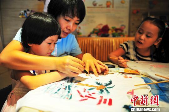 (540x359); 海南三亚孩子眼中的三沙美景; 小朋友在三亚进行手绘t恤