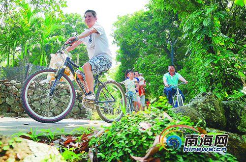 来自海口的游客在定安县岭口镇皇坡村体验