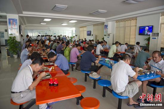 图为永兴岛上的机关食堂.骆云飞