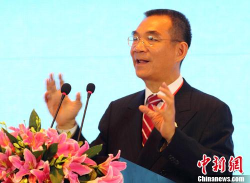颁授词说,陈玉树作为学术界领袖,十分重视学术研究,担任港科大商学院