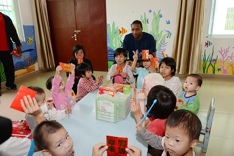 麦迪到三亚儿童福利院拜年(3)