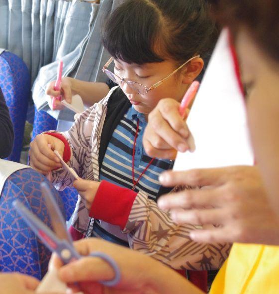 今天我们坐飞机回家,在飞机上空乘姐姐教大家剪窗花