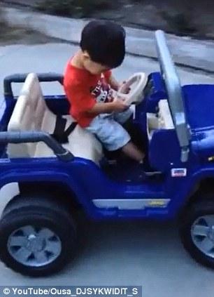 男童展 神技 边睡边开玩具车