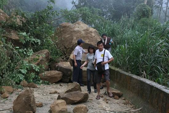 3级),造成竹山天梯风景区及八卦茶园联外道路投49线17k处山坡崩塌