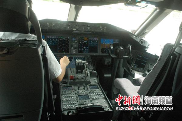 图为海航波音787驾驶舱内景.陈少婷