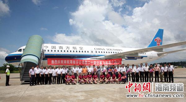 中新网海南频道7月19日电(吴天军 徐勤涛) 2013年7月19日中午13时30分,一架全新空客A320飞机从天津机场起飞抵达海口,这是本年度南方航空注册在海南当地的第4架全新空客飞机,也是南方航空为加速推进国际旅游岛建设,向海南市场连续投放的第20架全新客机。新客机抵达后将马上投入到海口郑州沈阳暑期旺季航线上运营。   据了解,南方航空目前注册在海南当地客机总数已经达到26架,成为在海南注册客机数量最多的航空公司之一,年运载600多万旅客进出海南、上缴各类税金总额超过2亿元,本架新客机的投入