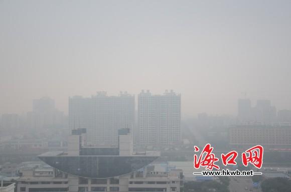 今晨,海口市区被一层雾所笼罩 高清图片