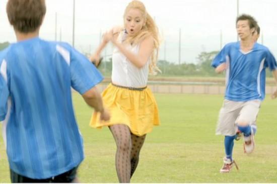 日本女优穿黑丝短裙玩足球惨遭飞铲走光(高中贴吧一葫芦岛市组图图片
