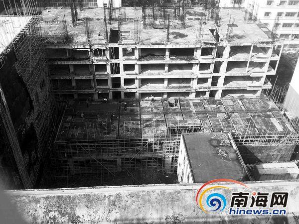 """""""生态停车场"""".南国都市报记者陈新摄-海口 楼贴贴 紧挨小区围墙"""