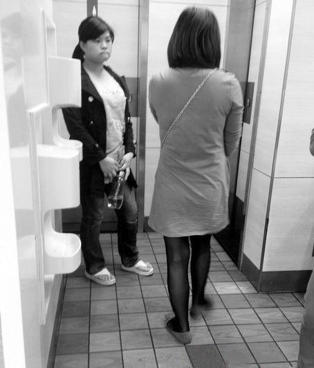 厦门大学女厕高清图_刘琨摄-海口海秀东路肯德基洗手间女厕在排队。记者刘琨摄