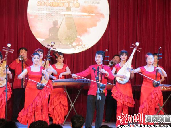 图为器乐合奏《春节序曲》.-河北省歌剧舞剧院民族乐团椰城上演新