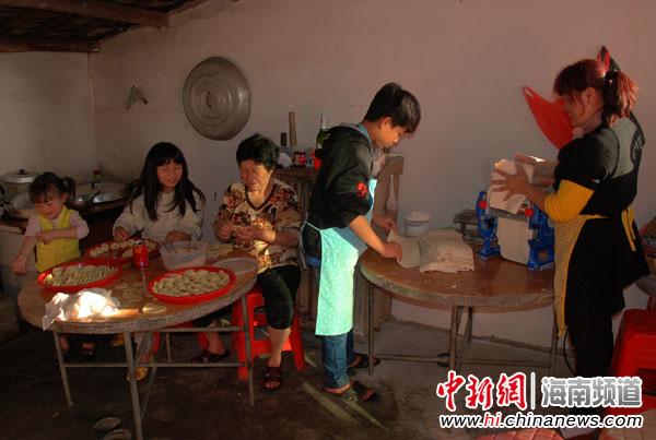 中建职工炸油饺、煮年糕迎马年 年味浓(图)
