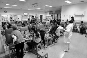 14日中午12点,在市人民医院儿童注射室有不少儿童在打针 南