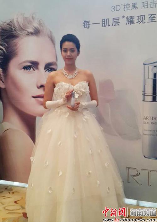 模特现场展示雅姿光感焕白新品